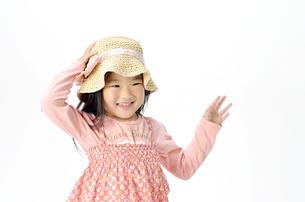 帽子を押さえる女の子の写真素材 [FYI00187175]