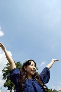 青空と両手を広げる女性の写真素材 [FYI00187327]