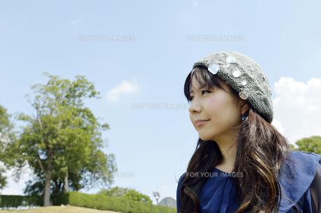 遠くを眺める女性の写真素材 [FYI00187338]