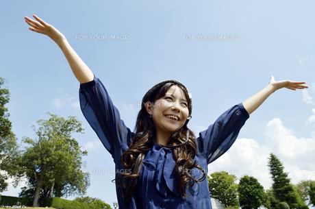 両手を広げる女性 の写真素材 [FYI00187342]