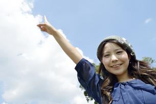 青空を指す女性の写真素材 [FYI00187344]