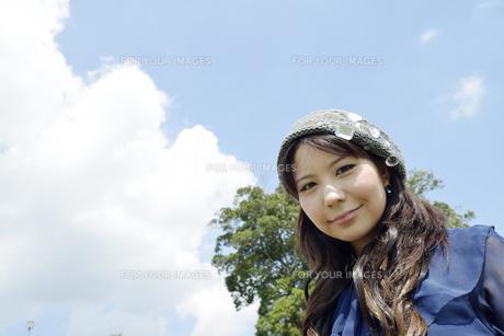 青空と女性の写真素材 [FYI00187365]