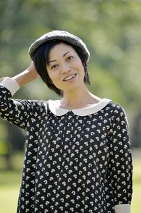 帽子を押さえる女性の写真素材 [FYI00187393]