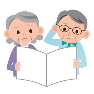 書類を見て悩む老夫婦の写真素材 [FYI00187604]