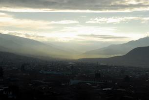 ペルー、クスコ市街の朝もやの写真素材 [FYI00187833]