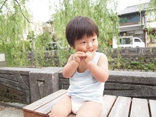 ポーズをとる男の子の写真素材 [FYI00187899]