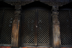 木彫りの扉の写真素材 [FYI00188076]