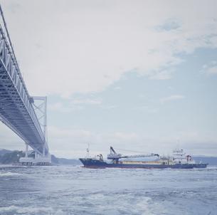 大鳴門橋と船の写真素材 [FYI00188257]