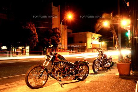 深夜 バイクのある風景の写真素材 [FYI00188385]