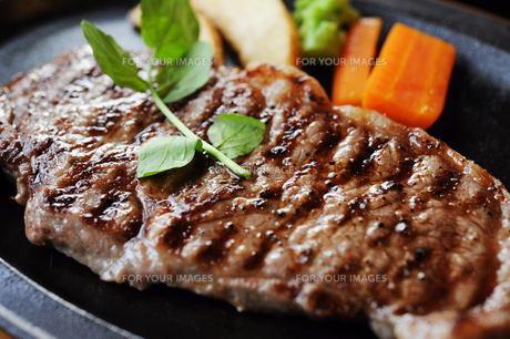 大きなステーキの写真素材 [FYI00188401]
