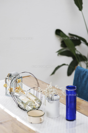 テーブル ボトル コップの写真素材 [FYI00188406]