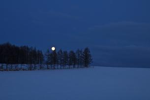 満月と雪原の写真素材 [FYI00188834]