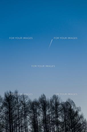 飛行機雲の素材 [FYI00188892]