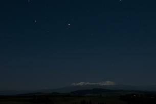夜の雪山と星空の写真素材 [FYI00189090]