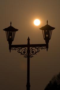 夕日と街灯の写真素材 [FYI00189172]