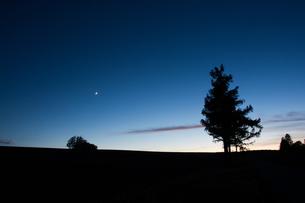 夕暮れの三日月の写真素材 [FYI00189208]