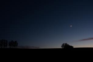 夕暮れの空と三日月の写真素材 [FYI00189216]