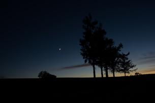 夕暮れ時と三日月の写真素材 [FYI00189224]