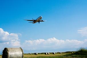 牧草ロールと飛行機の写真素材 [FYI00189246]