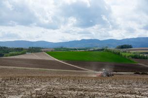春の畑とトラクターの写真素材 [FYI00189267]