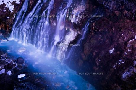 ライトアップされた冬の滝の写真素材 [FYI00189479]