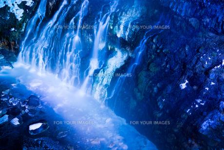 ライトアップされた冬の滝の写真素材 [FYI00189489]