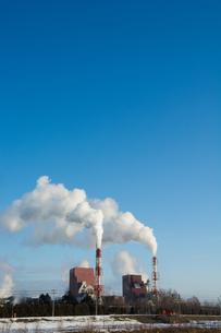 工場の煙突と青空の写真素材 [FYI00189494]