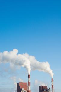 青空と工場の煙突の写真素材 [FYI00189497]
