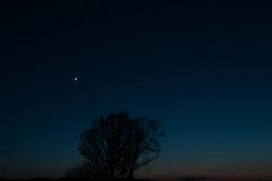 夕暮れの空と三日月の写真素材 [FYI00189528]