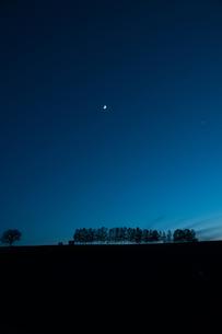 月と金星が輝く夕暮れの空の写真素材 [FYI00189535]