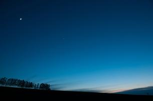 月と金星が輝く夕暮れの空の写真素材 [FYI00189538]