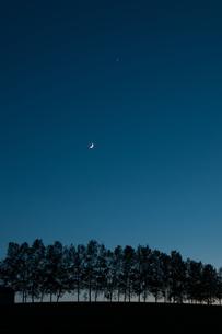 夕暮れの空と三日月の写真素材 [FYI00189540]