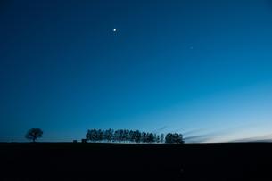 月と金星が輝く夕暮れの空の写真素材 [FYI00189543]
