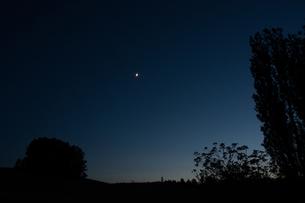 夕暮れの空にかかる三日月の写真素材 [FYI00189549]