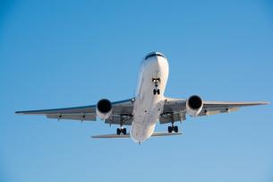 着陸態勢に入った飛行機の写真素材 [FYI00189608]