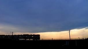 夕暮れ時、高架橋の下り列車の写真素材 [FYI00189781]
