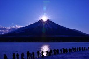 ダイヤモンド富士と人の写真素材 [FYI00189845]