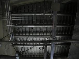 天井にある鉄骨パイプの写真素材 [FYI00190558]