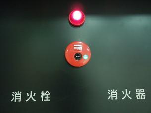 黒壁の火災ベルの写真素材 [FYI00190567]