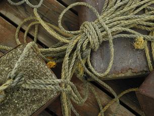 束ねたロープと重りの写真素材 [FYI00190580]