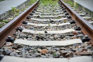 まっすぐ続く線路の写真素材 [FYI00190627]