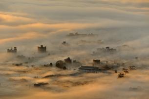 霧に包まれた町の素材 [FYI00190686]