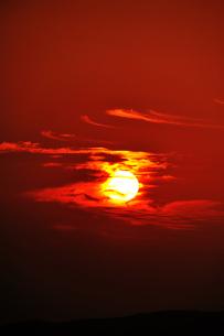 太陽に絡みつく雲の素材 [FYI00190791]