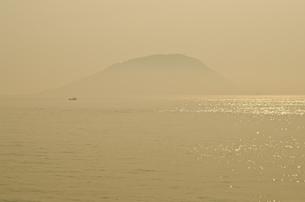 霞む玄海島の写真素材 [FYI00191133]