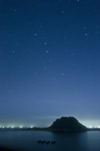 沈む北斗七星と漁火の写真素材 [FYI00191149]