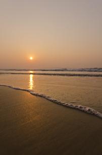 夕焼けの砂浜の写真素材 [FYI00191171]