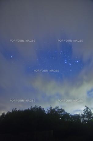 雲間のオリオン座の写真素材 [FYI00191188]