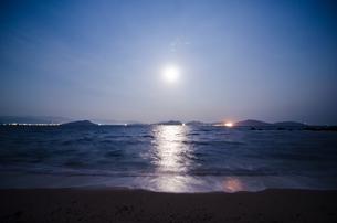 スーパームーンの夜の写真素材 [FYI00191314]