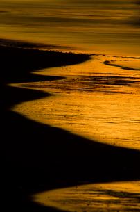 波打ち際の夕焼けの写真素材 [FYI00191600]