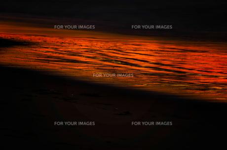 波打ち際の夕焼けの写真素材 [FYI00191611]